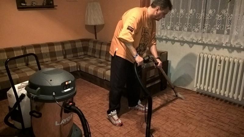průběh čištění koberce